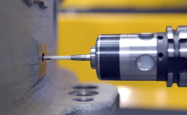 Robot de 6 ejes TX200 de Stäubli para el mecanizado de piezas
